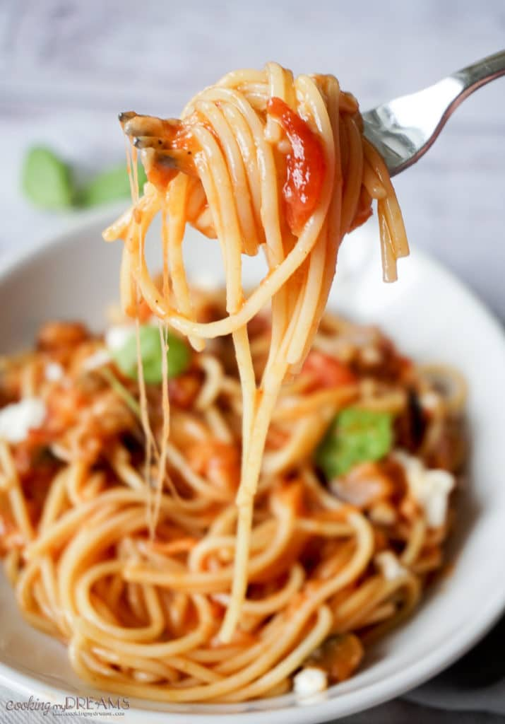 fork with tomato spaghetti and mozzarella